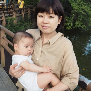 写真は1児の親で、作家の山崎ナオコーラさん