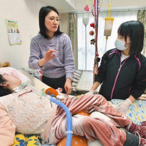 写真は診療に訪れた岡野恵里香医師(右)と華子さん(手前)の様子について話す母の福満美穂子さん=東京都中野区で