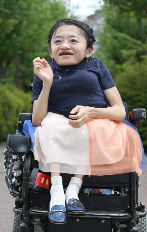 写真は2児の母で、コラムニストの伊是名夏子さん