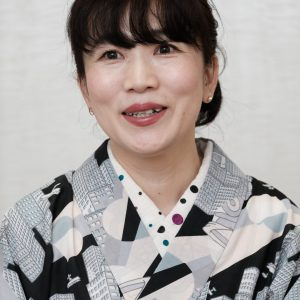 写真は3姉妹の母で、漫画家の高野優さん