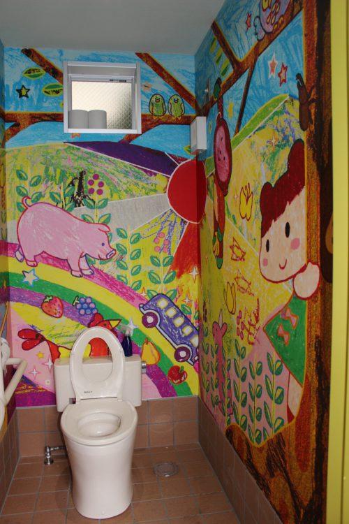 写真 園児とアーティストが描いた絵が内壁を彩るトイレ=豊島区池袋本町で
