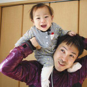 写真は生後7カ月を過ぎ表情も豊かになった三男を肩車する筆者=東京都内の自宅で