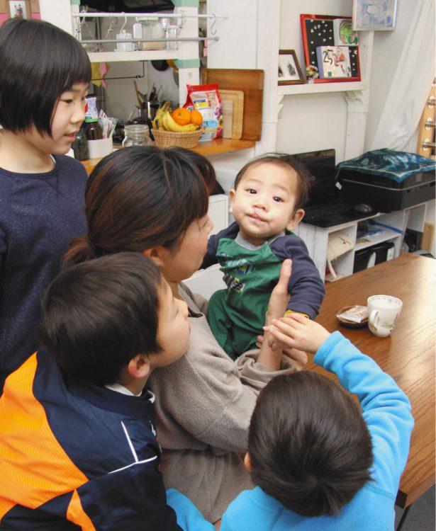 写真は家族みんなの人気者となった第4子=東京都内の自宅で