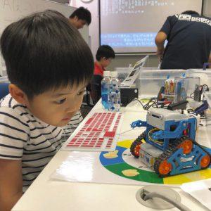 写真 東京の中野教室でプログラミングを楽しむ児童