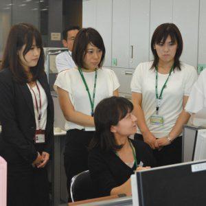 写真 研修で本社の業務を学ぶ総合職地域型の社員たち=東京都千代田区の明治安田生命本社で