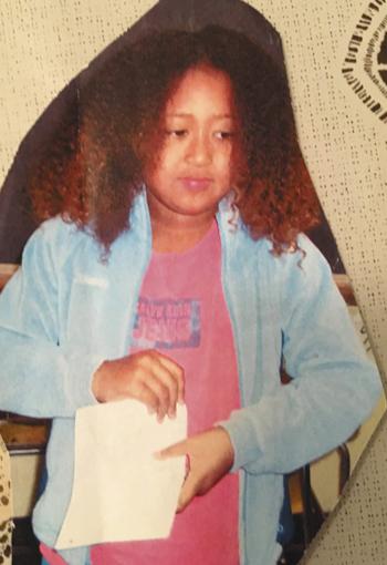写真 小学3年生の時、クラスで折り紙を実演する大坂選手
