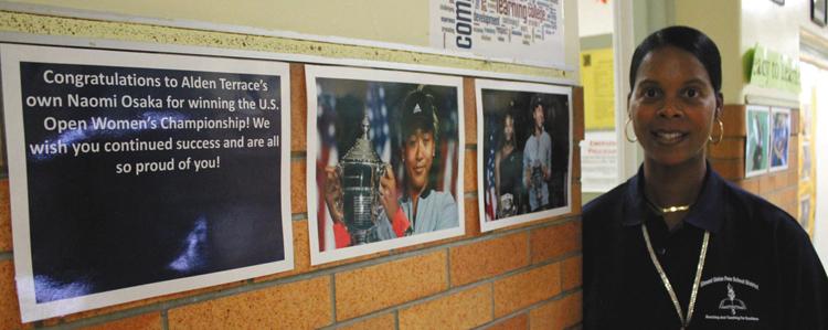 写真 オルデン・テラス小学校のウォーフィールド校長。校内には、大坂選手の全米オープン制覇を祝う言葉や写真が掲げられた