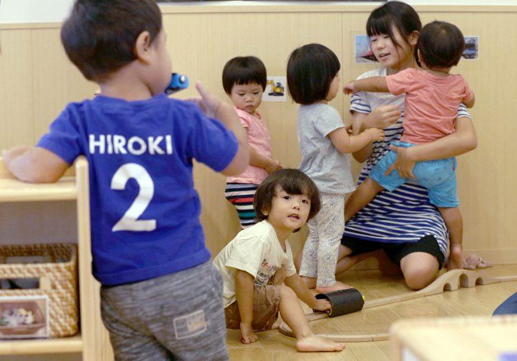 写真 仁慈保幼園の室内で過ごす保育士と子どもたち