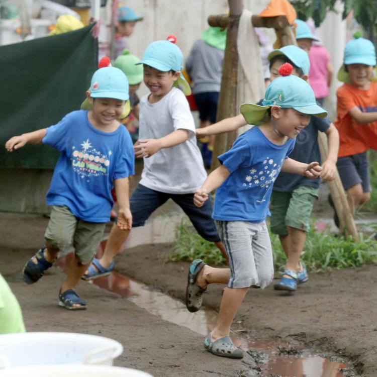 写真 仁慈保幼園の園庭を駆け回る子どもたち