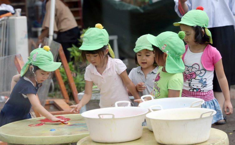 写真 仁慈保幼園で遊ぶ子どもたち