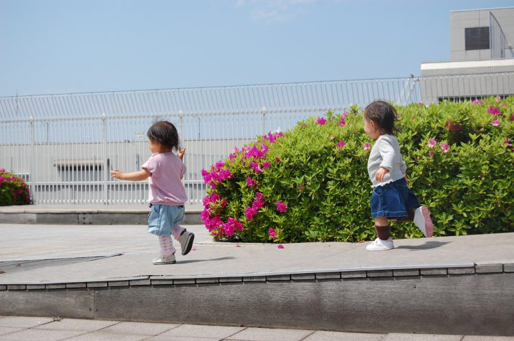 写真 一緒に走る2人の子ども