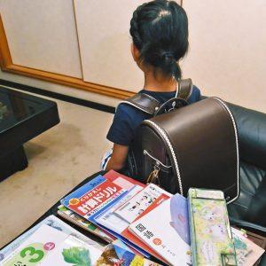 写真 小学校3年生の女の子のランドセルは重さ4.9キロもあった