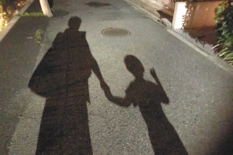 写真 父子で並んだ影