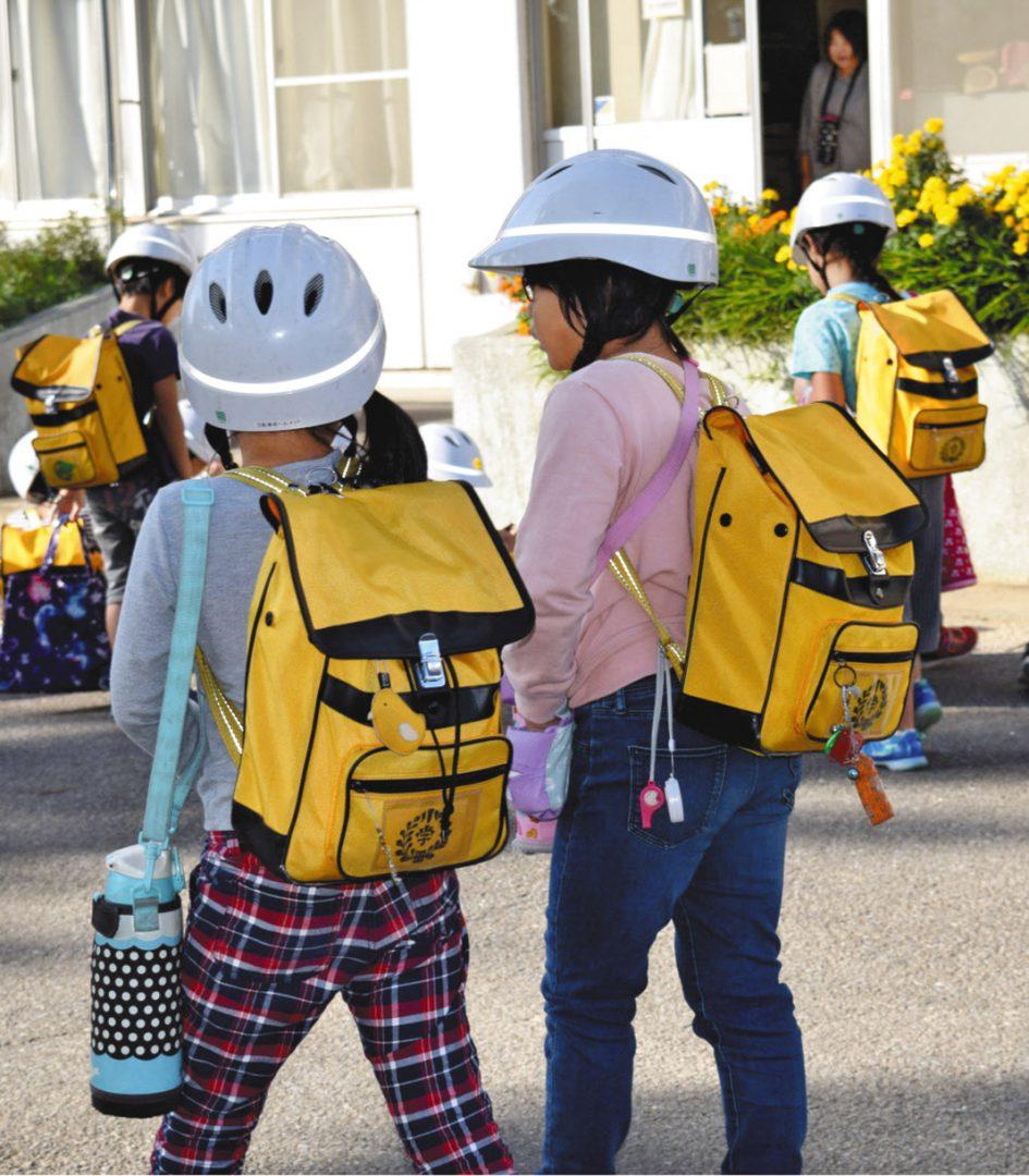 写真 リュック型の「ランリック」を使う藤田小学校の児童たち=埼玉県本庄市で