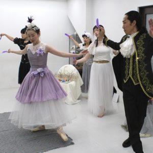 子どもたちに働きかけるための小道具の羽を持ち、動きの確認をする出演者たち