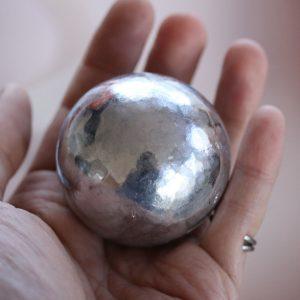 からくり人形作家の福田英生さんが作ってブログで紹介したアルミホイル球(福田さん提供)