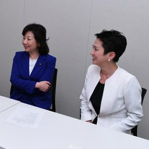 写真 ママパパ議連の役割などについて語り合う(左から)橋本聖子さん、高木美智代さん、野田聖子さん、蓮舫さん