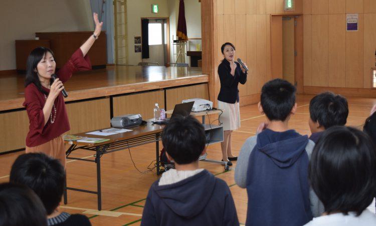 写真 声の出し方や想像して読むことの大切さを伝える常世晶子さん(右)と茂木亜希子さん
