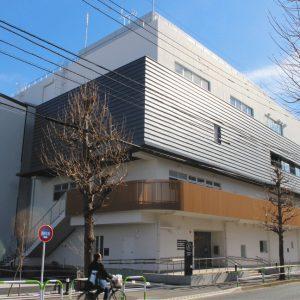 写真 「ほっとスクール希望丘」が入る複合施設。2階の外階段から出入りできる=東京都世田谷で