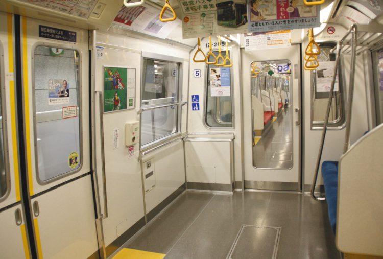 写真 都営大江戸線でベビーカーを置けるスペース。新車両には「子育て応援スペース」を設ける