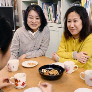 女性同士で子育てしてきた西川麻実さん(奥㊧)と小野春さん(奥㊨)。子どもたちも「これでうちは家族」と自然に受け止めている