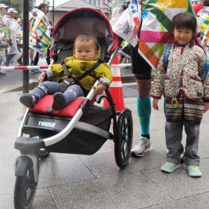 写真 完走後に娘たちと写真に納まる浅川さん。普段の練習では、このランニング専用ベビーカーとともに走っている