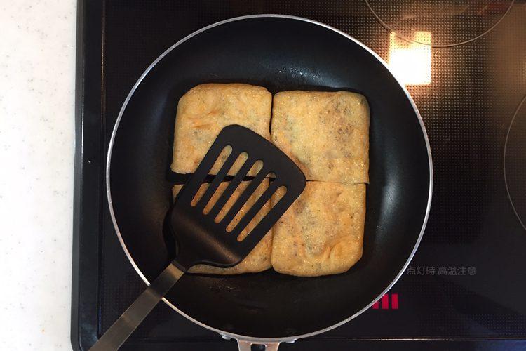 写真 油揚げ納豆を焼いている様子