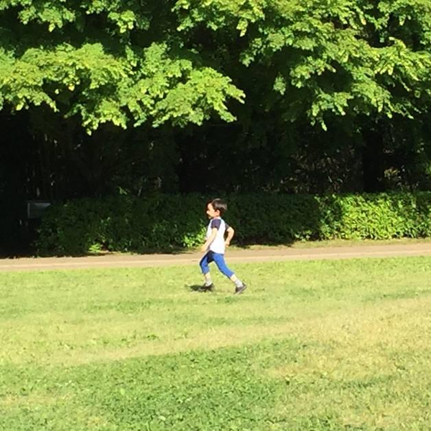 写真 元気に外を走り回る息子。この状況で突然立ち止まり『でた…』となるから油断できません