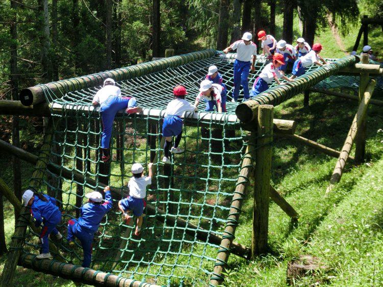 野友小のPTAや地域住民らが造ったアスレチックで遊ぶ子どもたち(同校提供)