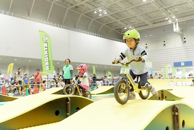 昨年の「こDoもフェス」でストライダーに乗る子どもたち(主催者提供)