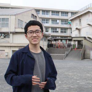 母校の小学校の前でエアコン設置を求めた活動について話す今田恭太さん=静岡県富士市で