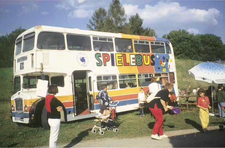 ドイツで導入されているプレーバスの内外で遊ぶ子どもたち(木下教授提供)