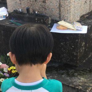 墓に供えられたお菓子は手を合わせてからいただきます