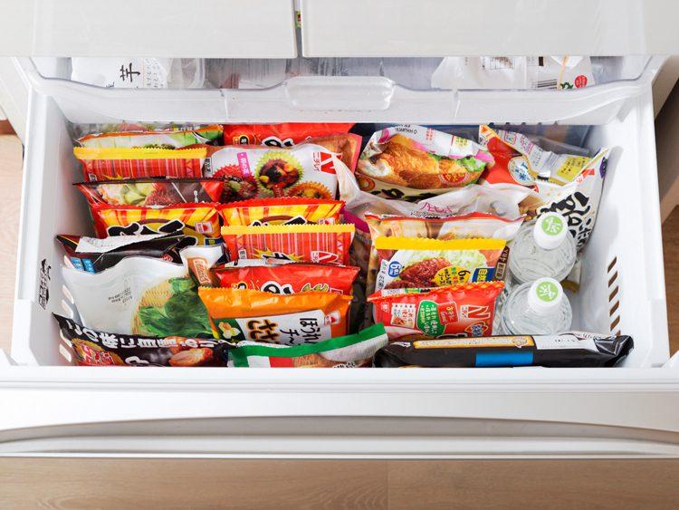 写真 冷凍庫に入った冷凍食品