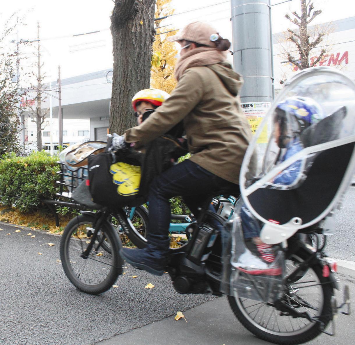 写真 幼児座席に子どもを乗せた自転車
