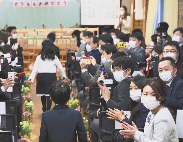 保護者や職員はマスク着用で行われた卒園式。「できるだけ楽しい気持ちで送り出してあげたい」と園長が話す=東京都世田谷区で