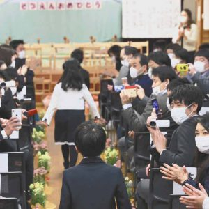 職員や保護者はマスク着用で行われた卒園式