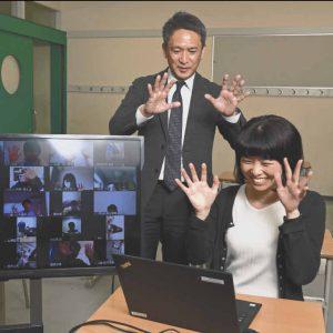 自宅にいる生徒らとオンラインでのホームルームに参加する工藤勇一校長㊧
