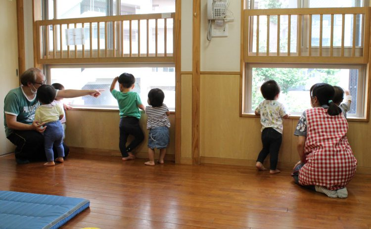 コロナ対策でクラスを2つに分けた1歳児。保育士も通常より多く必要になる