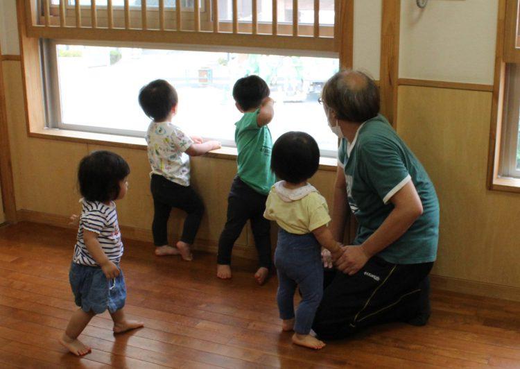 コロナ対策でクラスを2つに分けた1歳児。保育士も多く必要になる