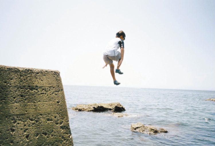海に飛び込む次男