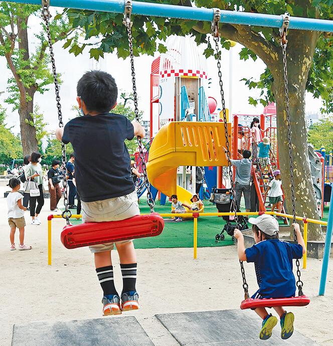 写真 公園で遊ぶ子どもたち