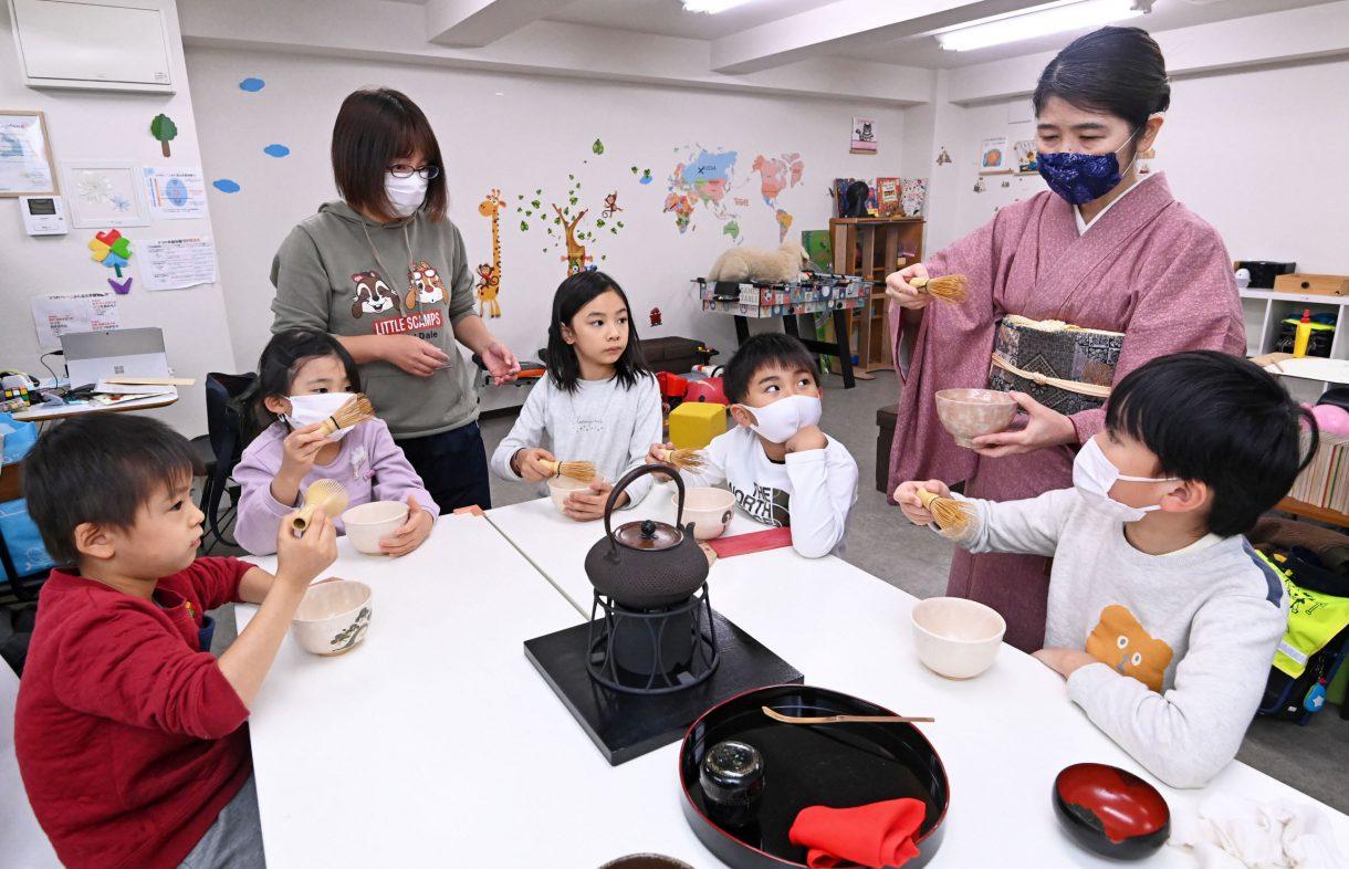 学童保育施設で茶道を楽しむ子どもたち=東京都文京区で